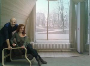 """Con Ismael García en Caixa Forum, ante la foto de la Biblioteca de Viipuri, Viborg). Exposición """"Alvar Aalto Arquitectura orgánica, arte y diseño"""""""
